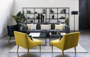 ספה אפורה וכורסאות צהובות
