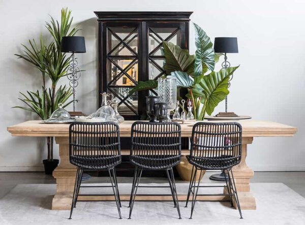שולחן אבירים וכסאות נצרים