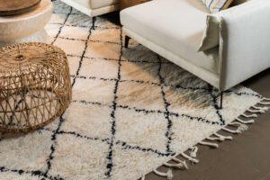 שטיח צמר לבן עם פסים שחורים