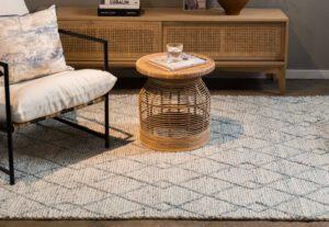 שטיח צמר לבן עם פסים בצבע תכלת