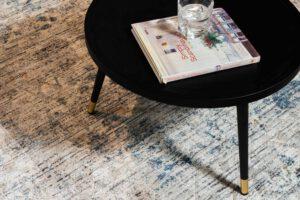 שטיח צמר לבן עם דוגמה בצבע כחול