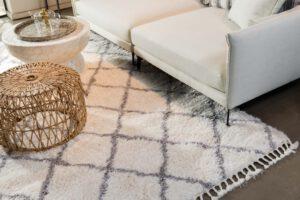 שטיח צמר לבן עם דוגמת פסים