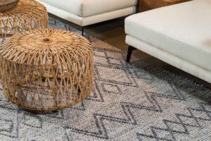 שטיח צמר לבן עם פסים אפורים